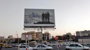"""Un panneau affiché à Shiraz à l'occasion de la semaine de la """"Défense sacrée"""" commémorant la guerre Iran-Irak."""