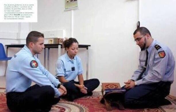 """Sur cette photo, des gendarmes en train de discuter d'un texte religieux... cette image est souvent utilisée pour alerter sur une """"islamisation"""" de la gendarmerie en France. Voici l'histoire derrière cette photo souvent manipulée."""