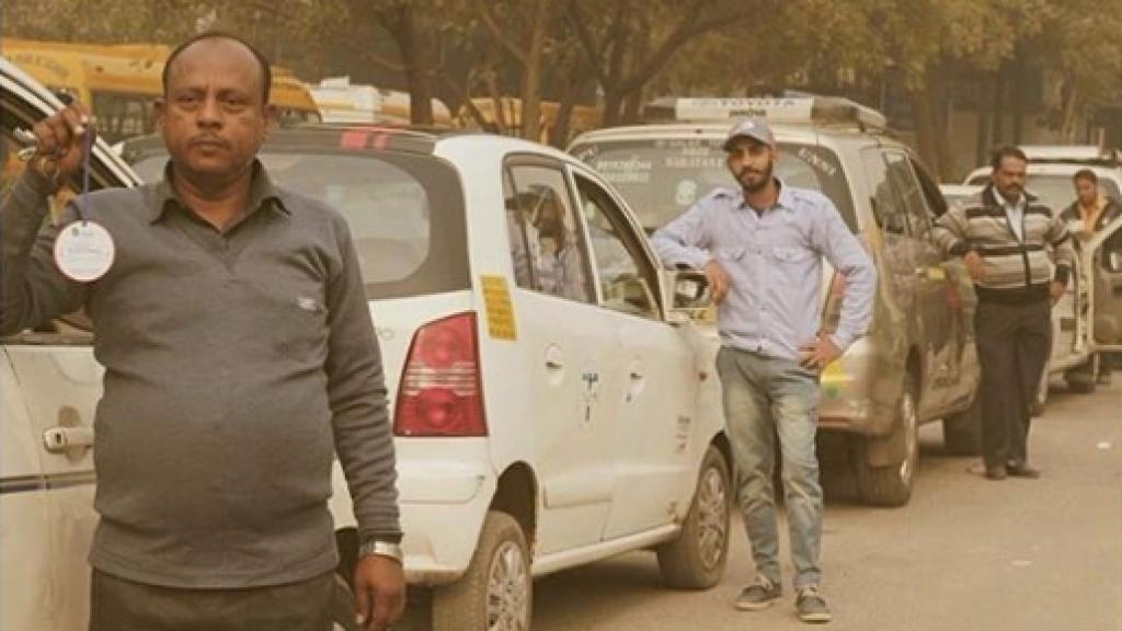 Des chauffeurs de taxi posent avec des badges, attestant qu'ils ont suivi une formation sur la question du genre. Source : compte Instagram @ManasFoundationDelhi.