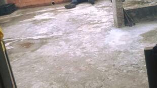 Des policiers installés sur la terrasse d'une maison. Photo : collectivo Papo Reto.