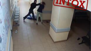 L'homme, âgé de 38 ans, agresse deux infirmières dans un couloir de l'hôpital de Novgorod en Russie.