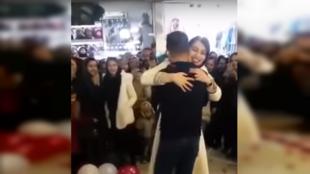 Après cette demande en mariage dans un centre commercial en Iran, le couple a été arrêté. Capture d'écran / réseaux sociaux.