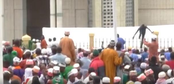 Plusieurs Guinéens ont tenté de participer à la ré-ouverture d'une mosquée, malgré le manque de place. La situation a fortement dégénéré. Image : Mountagha Diallo.