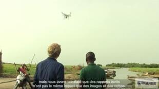 Notre Observateur Arnaud Adikpeto filme la mangrove au bord du lac Nokoué avec son drone.