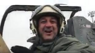 Hosein Mortada à bord de son avion menace insurgés et habitants d'Idlib. Capture d'écran de la vidéo