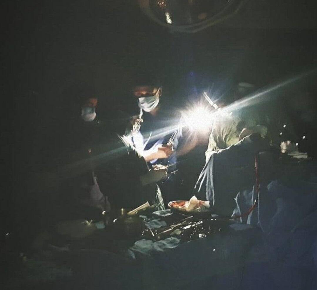Dans un hôpital d'Ispahan, les chirurgiens ont continué à opérer, à la lumière des lampes de leurs téléphones portables, après une panne de courant. Photo publiée le 23 mai sur Telegram puis relayée par des médias iraniens.
