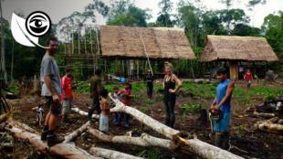 Basé à Iquitos, le lodge propose aux visiteurs de participer aux travaux au contact des villageois péruviens locaux. Photo Inti Eco Lodge.