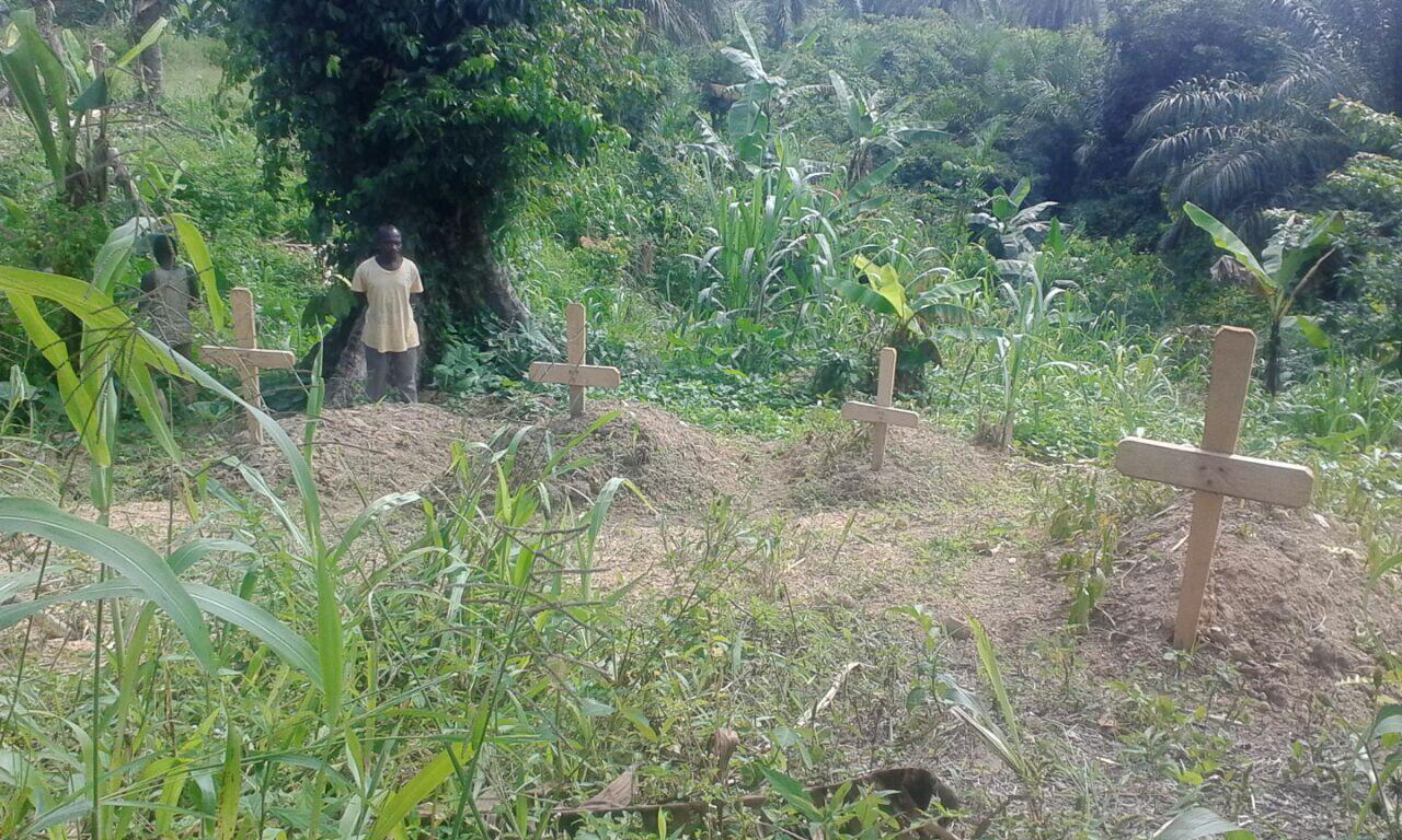 Des habitants du village Tingwe montrent à notre Observateur un cimetière improvisé où sont enterrés leurs proches depuis l'attaque du 3 mai 2016. Photo : Yassine Kombi.
