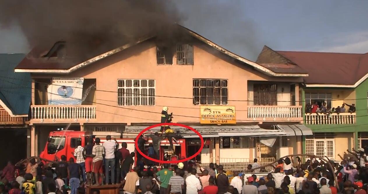 Pendant que les soldats du feu de la Monusco interviennent lors d'un incendie à Goma, des individus montent sur le camion pour les invectiver. Capture d'écran de la vidéo de Guylain Balume.