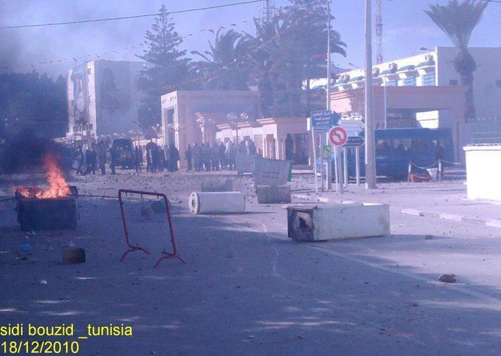 اشتباكات بين متظاهرين وقوات أمن في شوارع سيدي بوزيد.