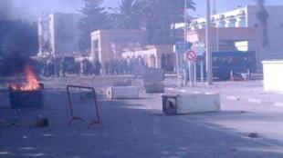 Confrontations entre manifestants et forces de l'ordre à Sidi Bouzid.