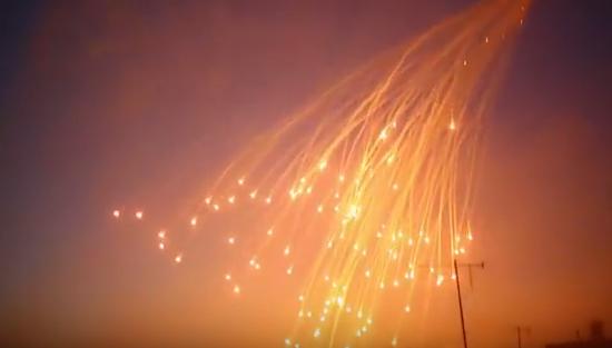 Capture d'écran d'une vidéo de propagande montant un bombardement de la coalition sur Raqqa le 8 juin. On reconnaît le faisceau typique des bombes au phosphore blanc.