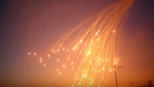 لقطة من فيديو تظهر قنابل الفسفور الأبيض تنفجر في سماء الرقة.