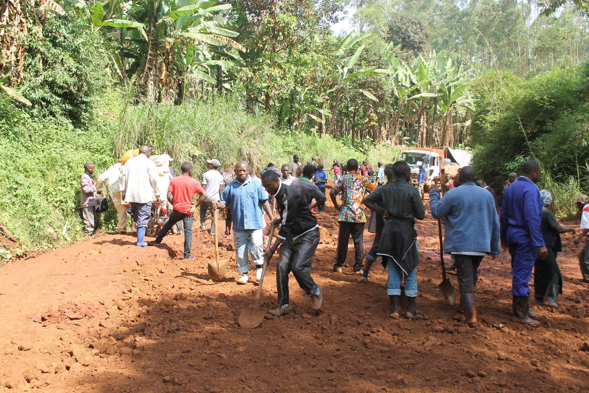 Des habitants de Butembo répandent des pierres et du sable pour rendre la route praticable. Photo : Nguru Wasingya Anselme
