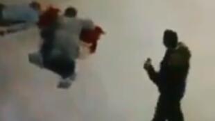 Capture d'écran de la vidéo montrant le policier ayant tiré sur les deux coptes debout à côté de ses victimes.