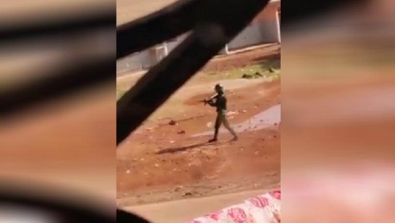 Capture d'écran de la première vidéo ci-dessous, tournée dans le quartier de Kobaya, dans la capitale guinéenne, mercredi 21 octobre.