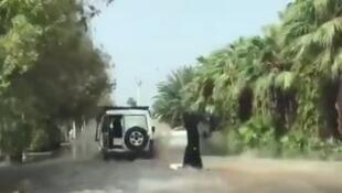 صورة من فيديو يظهر فتاة تمارس ركوب الأمواج في مدينة جدة