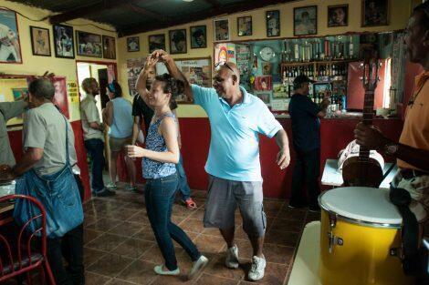 """Le club social """"Los Alegres All Star"""", l'un des endroits montrés aux touristes venus visiter le quartier San Agustín de Caracas. Photo : Carlos Hernandez."""
