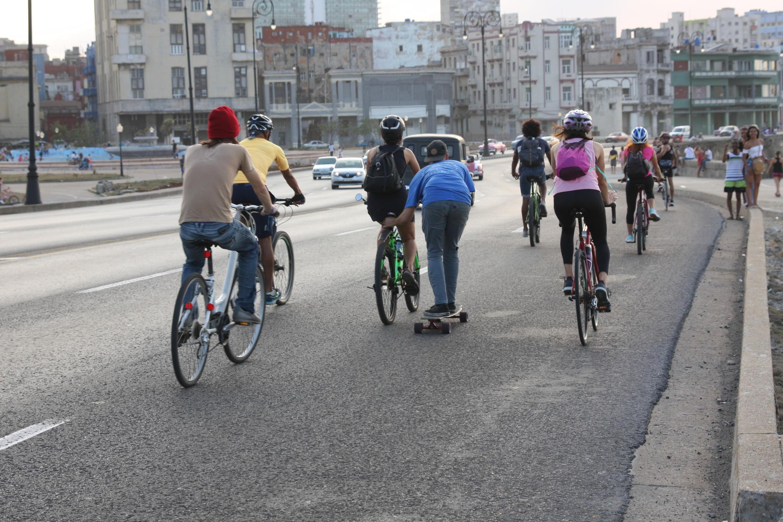 Tous les premiers dimanches du mois, un groupe de Cubains sillonne La Havane à vélo. Crédit : Yasser González.