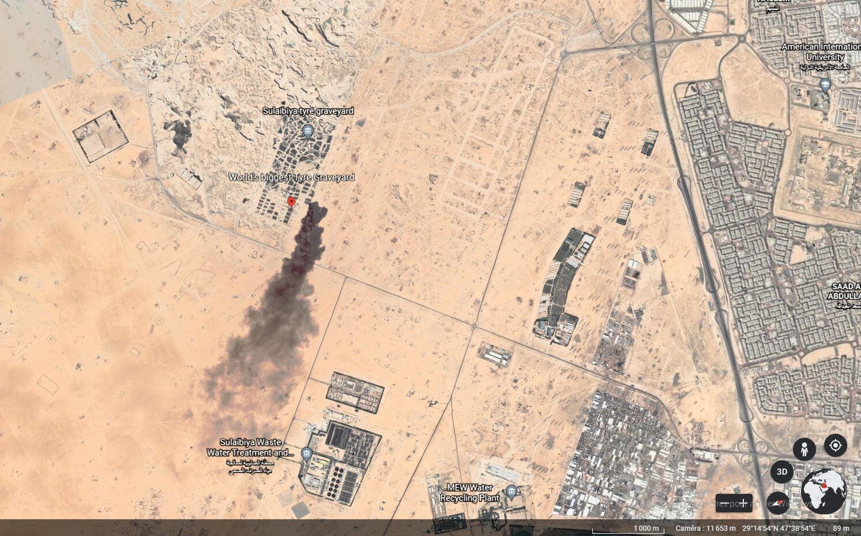 Capture d'écran de Google Earth montrant la fumée qui se dégage du terrain de la déchetterie du Salmi. On peut également voir les fosses destinées à abriter les pneus. Les incendies sont fréquents sur le site.