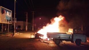 Un barrage de feu devant une affiche arrachée d'Ali Bongo à Lambaréné. Images envoyées par nos Observateurs au Gabon.