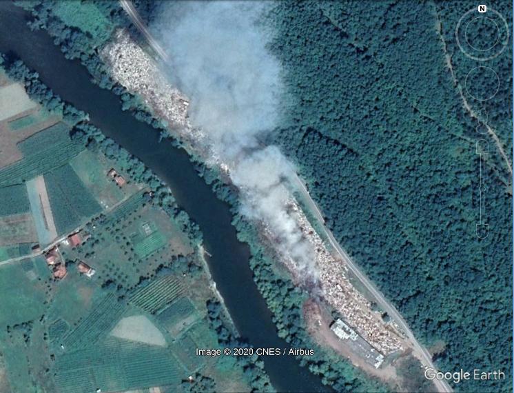 Sur cette image satellite du 8 juin 2019 sur Google Earth, on peut voir la décharge de Stanjevina en proie à un incendie. La rivière Lim s'écoute juste en contrebas.