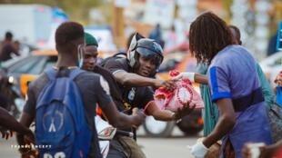 Distribution de repas par des chrétiens, lors de la rupture du jeûne, sur un rond-point de Dakar (Sénégal), le 21 avril.