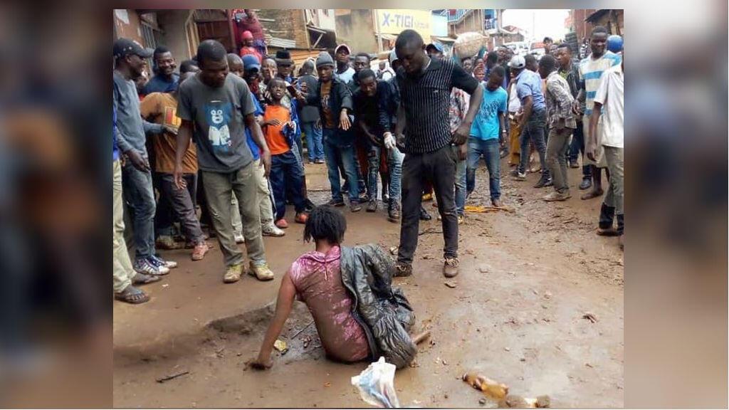 Les images de l'agression de cette femme en pleine rue à Bukavu le 5mars ont été beaucoup partagées sur les réseaux sociaux.