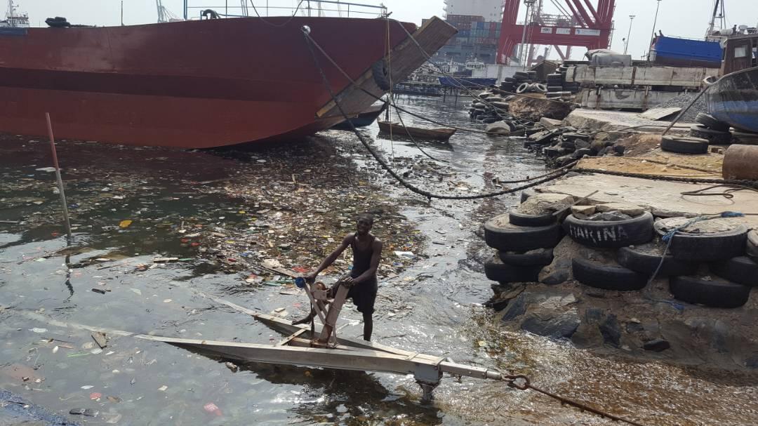 Les déchets accumulés dans un bassin du port de pêche de Lomé, au Togo. Photo prise par notre Observateur.