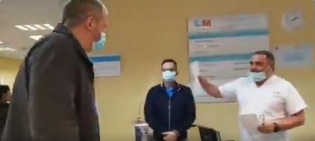 Un chauffeur de taxi qui transporte gratuitement des patients atteints du Covid-19 s'est vu remettre une cagnotte pour le remercier de son dévouement