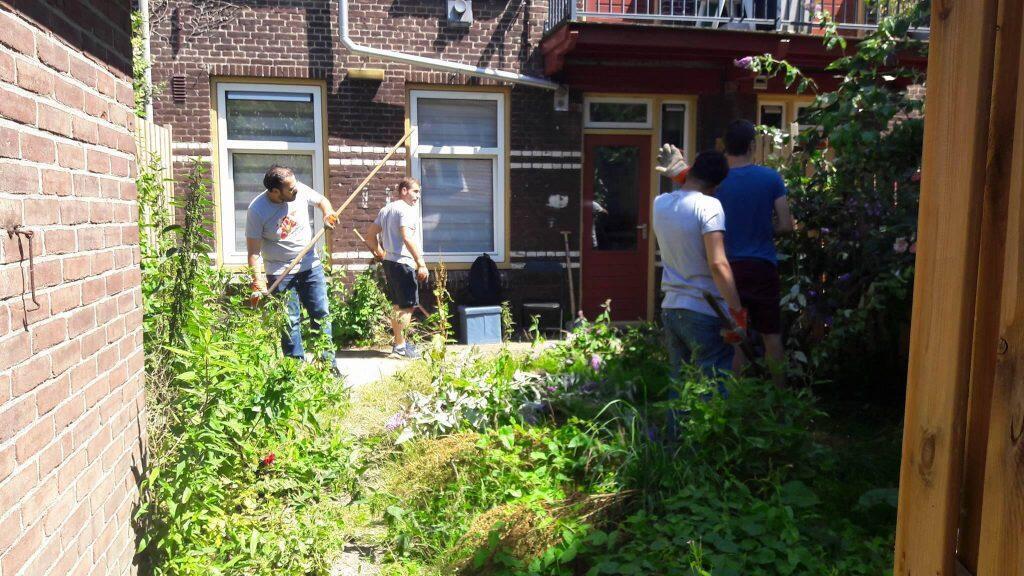 صورة لفريق المتطوعين أثناء أعمال البستنة