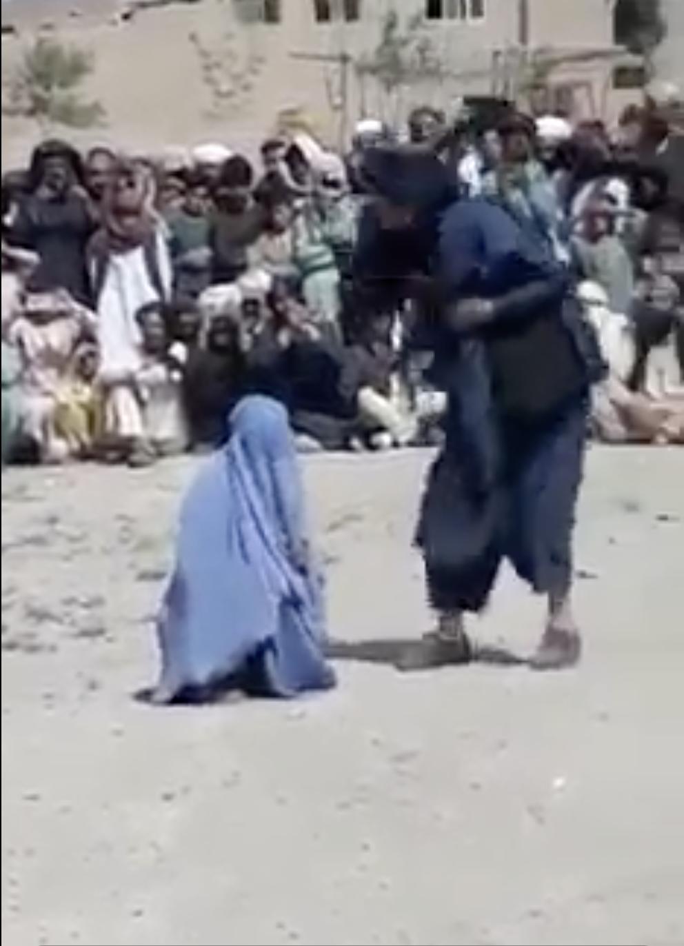 La vidéo de l'insoutenable sentence infligée à une Afghane, tournée près d'Herat et publiée sur Facebook le 13 avril,