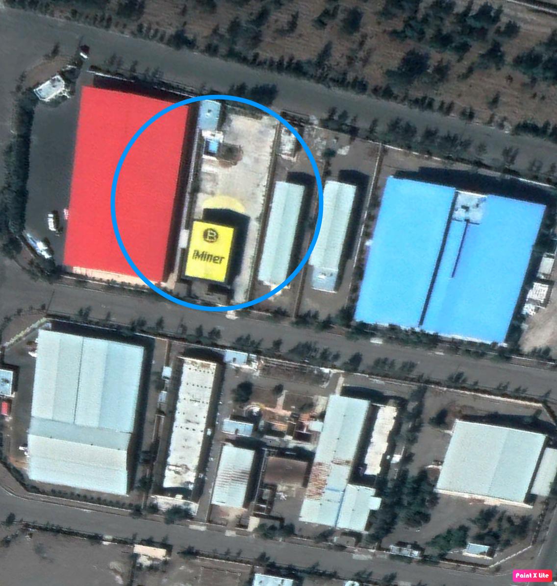 Ils ont même coloré le toit de leur ferme dans la zone industrielle de Semnan avec leur nom et leurs couleurs. © Google Earth