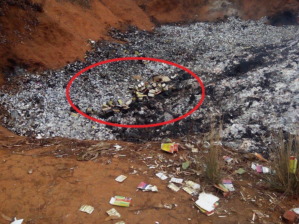 Dans la décharge où s'est produite l'explosion, au milieu de la fumée, des cartons où se trouvaient des sacs de farine périmée sont encore visible. Photo Wasexo.