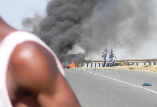 Affrontements dans le bidonville de Kliptown. Photo prise par Thabo Mbhele le 7 mai.