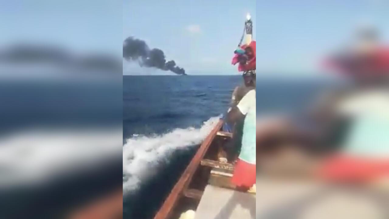 Un incendie s'est déclaré sur une pirogue au Sénégal le 23 octobre. Capture d'écran / vidéo réseaux sociaux.