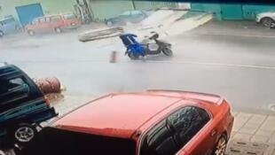 Un motard renversé par un objet qui s'est envolé sous la puissance du typhon Meranti à Taiwan.