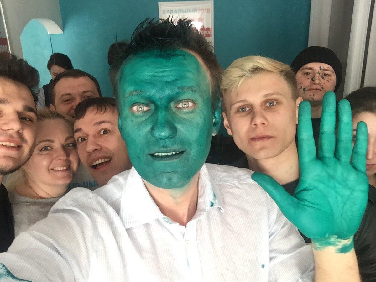 Le selfie d'Aleksei Navalny avec son équipe juste après l'agression. Photo publiée sur le compte Twitter de l'opposant russe.