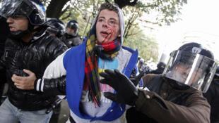 Jeune manifestant lyonnais blessé arrêté par les forces de l'ordre. Photo publiée sur le fil Twitter de @Manoz.