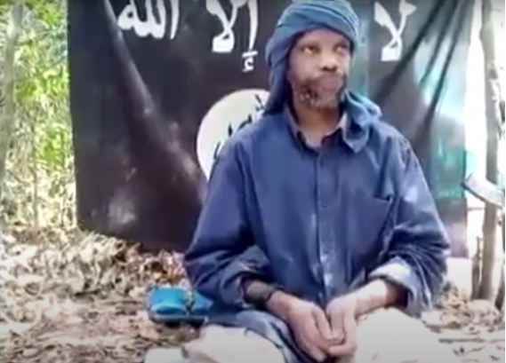 Capture d'écran d'une vidéo diffusée en avril 2020, et qui met en scène un idéologue des ADF, Abou Qutada alMuhajir, , loue l'organisation Etat islamique et son nouveau chef Abou Ibrahim al-Hasimi al-Qurayshi.