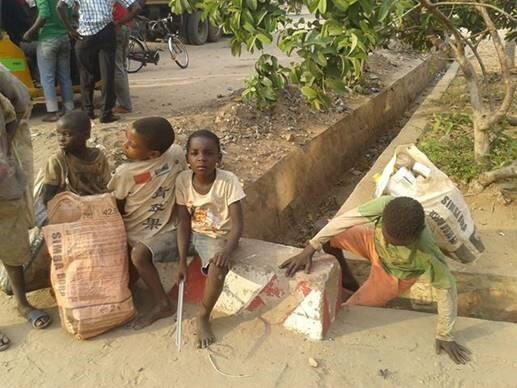 Des enfants collecteurs de métal à Bujumbura, en septembre 2018. Photo : Fernand Bi Sengi.