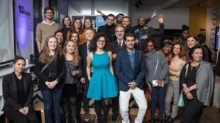 عکسی که در جریان جشن ده سالگی ناظران روز پنجشنبه ۱۴ دسامبر (۲۳ آذر) در منطقه یازده پاریس گرفته شد.