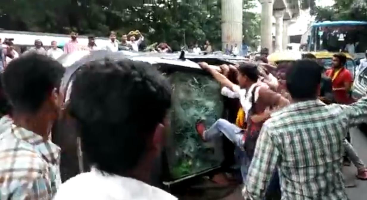 Des manifestants pro-Karnataka renverse une voiture immatriculée au Tamil Nadu. Capture d'écran d'une vidéo publiée sur Youtube.