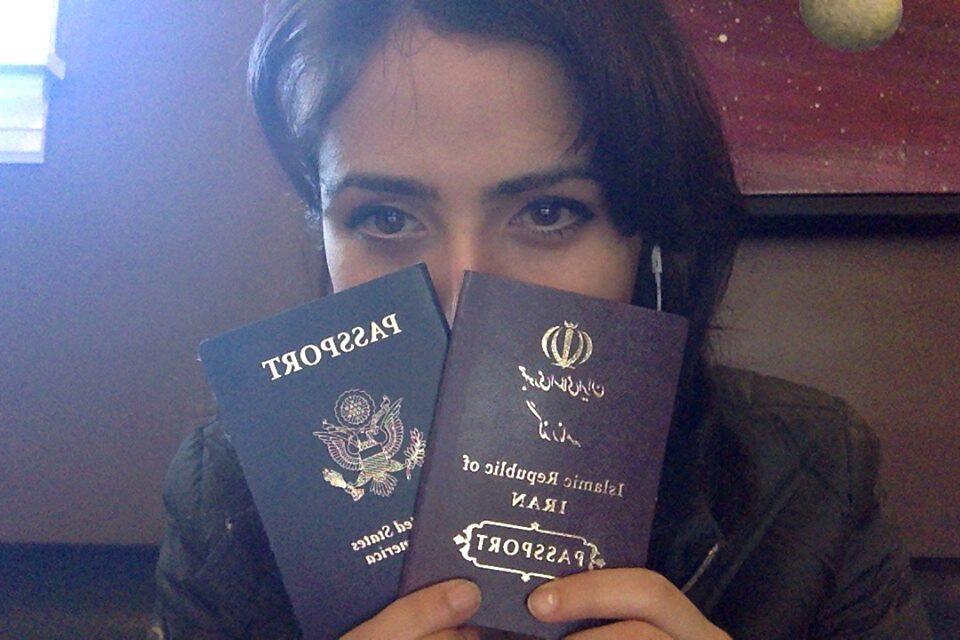 En réaction à la loi, une jeune femme affiche sa double nationalité sur les réseaux sociaux.