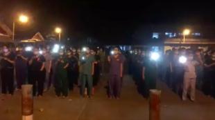 Photo publiée le 3 février dans un tweet et montrant des membres du personnel soignant tenir leur téléphone avec la lampe allumée et chanter un chant révolutionnaire contre le coup d'État du 1er février en Birmanie.