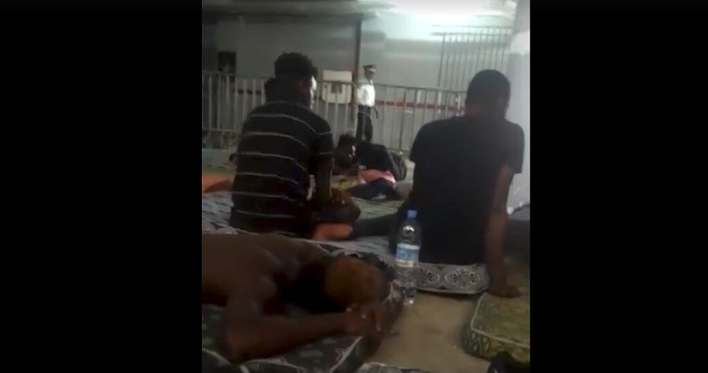 Capture d'écran d'une vidéo montrant des migrants maintenus prisonniers dans le parking souterrain du commissariat de police de Tanger, en attendant leur expulsion.
