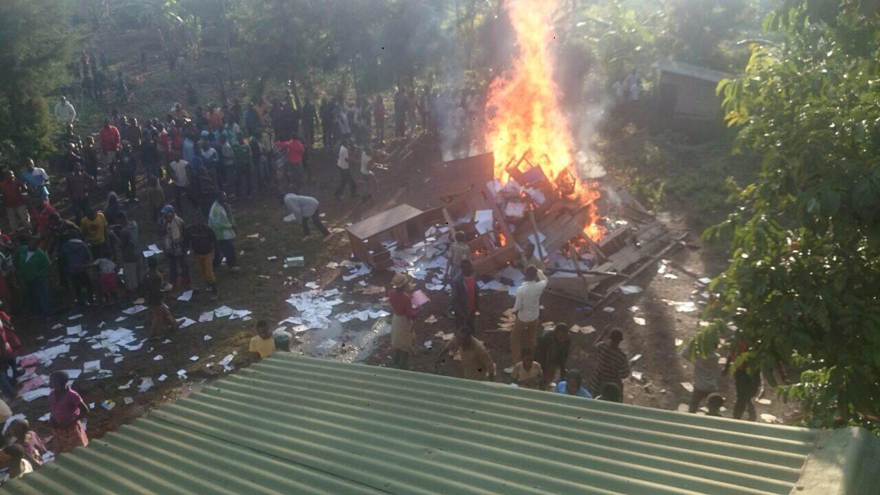 Des habitants mettent le feu à du mobilier devant le bureau du parquet de Kavumu. Photo envoyée par notre Observateur.