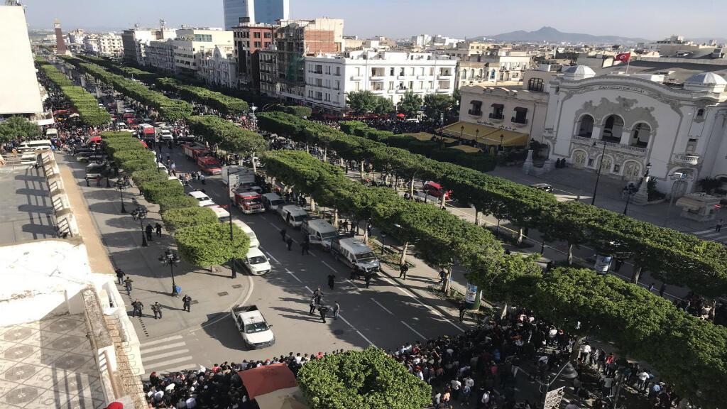 شارع بورقيبة بضع لحظات بعد وقوع الهجوم الانتحاري. الصورة منشورة على تويتر.