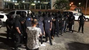 Le collectif des 500 Frères contre la délinquance se fait remarquer en raison de la tenue de ses membres.