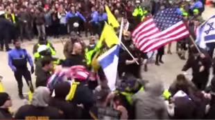 Capture d'écran de la vidéo montrant un professeur palestinien américain se faire agresser